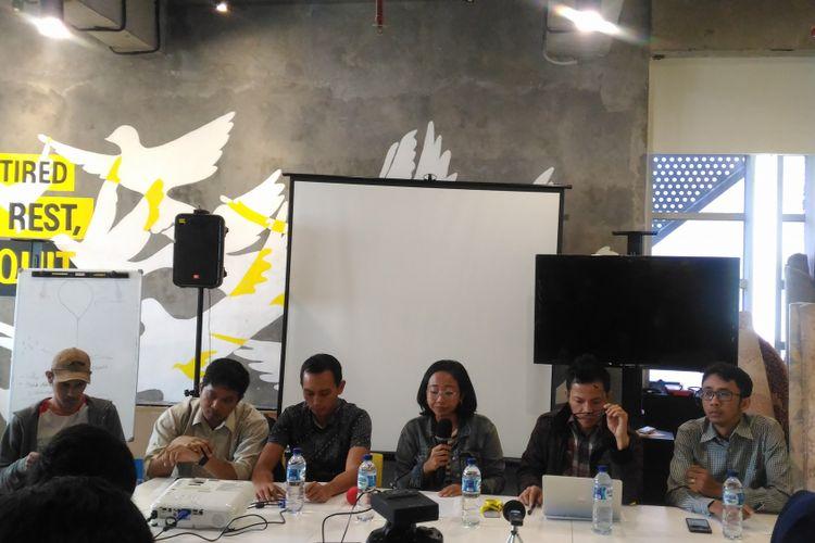 (Kiri-kanan) Arif Nur Fikri (KontraS), Ikhsan Yorie (Setara Institute), Al Araf (Imparsial), Veda (Amnesty International) Usman Hamid (Amnesty International), Arif Maulana (LBH), dan Rizky Yudha (ILR) yang tergabung dalam koalisi masyarakat sipil di kantor Amnesty International, Jakarta, Senin (17/12/2018).