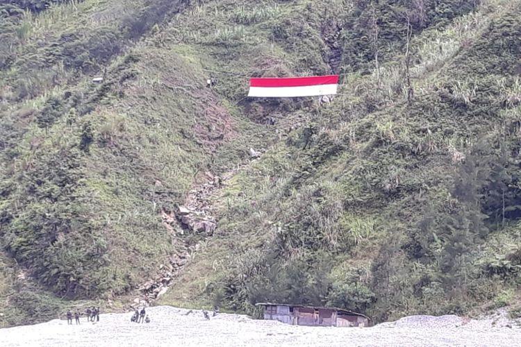 Bendera merah putih berukuran besar yang dibentangkan di gunung Kampung Banti, Kamis (2/8/2018)