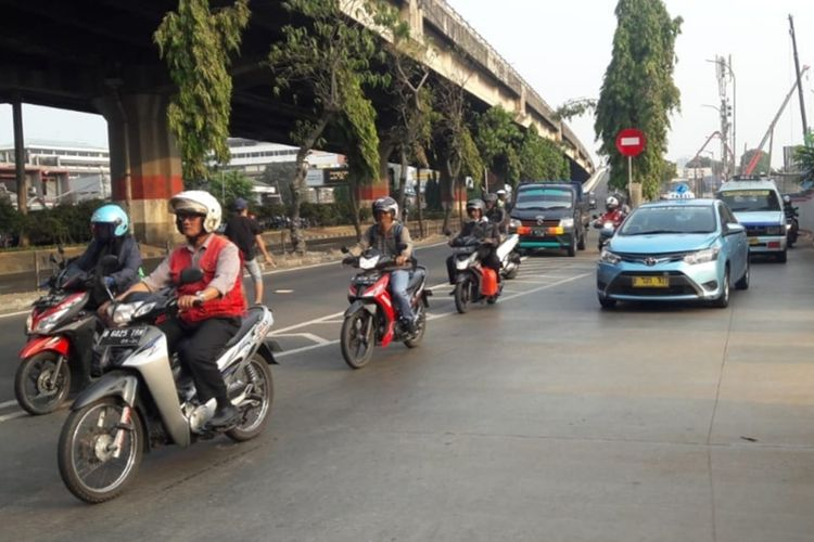 Suasana Jalan DI Panjaitan, Jakarta Timur saat penerapan ganjil genap, Selasa (10/9/2019).