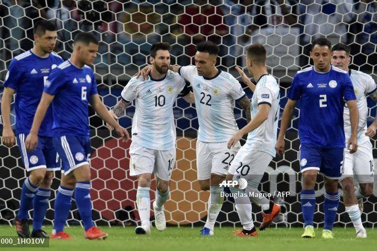 Lionel Messi berselebrasi bersama pemain timnas Argentina setelah mencetak gol melalui tendangan penalti pada laga melawan Paraguay di Copa America yang berlangsung di Stadion Mineirao, Belo Horizonte, Brasil, 20 Juni 2019.