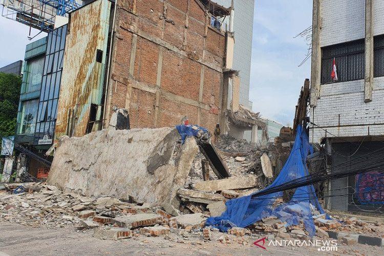 Bangunan di Jalan Kyai Caringin yang ambruk menutup akses jalan, Kamis (3/9/2020).