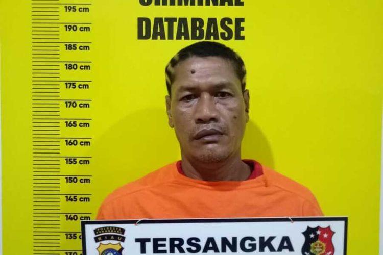Oknum anggota organisasi sayap partai, ZU alias Feri (47), diamankan di Polsek Tampan usai merampok seorang pelajar di Jalan Srikandi, Kelurahan Delima, Kecamatan Tampan, Kota Pekanbaru, Riau, Selasa (13/10/2020).