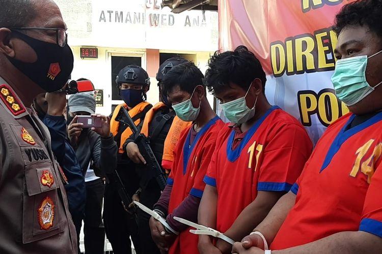Kabid Humas Polda Metro Jaya Kombes Pol Yusri Yunus saat berbincang bersama salah seorang perompak di kantor Ditpolairud Polda Metro Jaya, Jakarta Utara, Senin (20/7/2020)