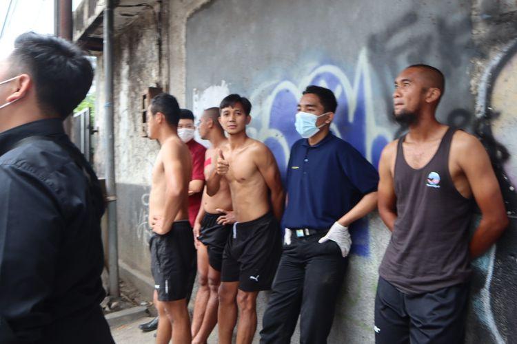 Pemain PSM Makassar Abdul Rahman (tengah) dan Beni Okto (kanan) berlari keluar hotel karena terjadi gempa 6,7 RS yang menguncang Malang, Jawa Timur, Sabtu (10/04/2021) siang.