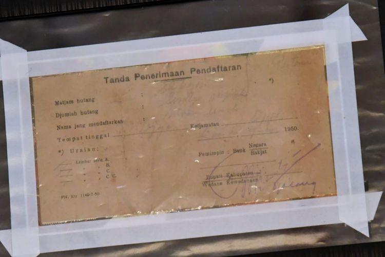 Surat obligasi tahun 1950 milik Nyak Sandang yang diperlihatkan kepada Presiden Joko Widodo di Istana Merdeka Jakarta, Rabu (21/3/2018).