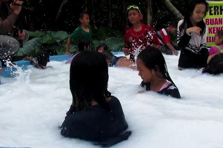 Sumur bor mengeluarkan air berwarna putih di Kabupaten Gowa, Sulawesi Selatan terus dikunjungi warga dan mulai menimbulkan polemik. Kamis, (5/3/2020).