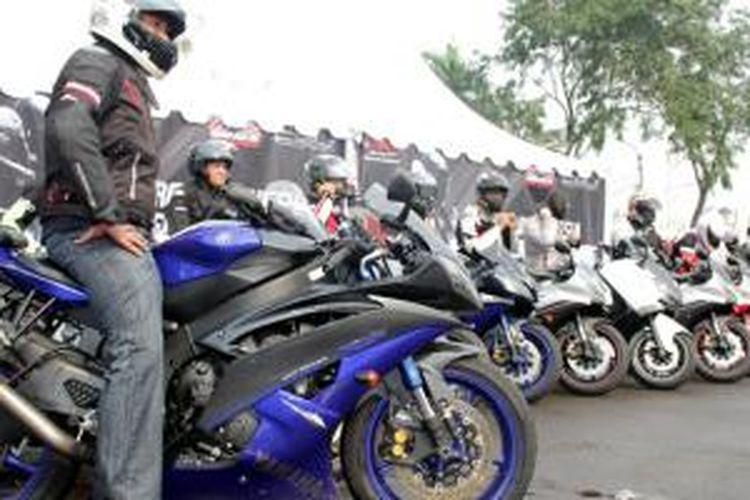 Yamaha dan komunitas Yamaha Revs CBU Indonesia mengadakan pelatihan mengendarai sepeda motor sport dan CBU.