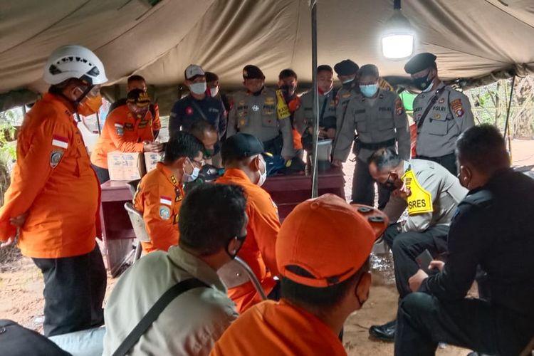 Kapolres Kotawaringin Barat AKBP Devy Firmansyah memimpin koordinasi tim gabungan pencarian jenazah penambang emas korban longsor lubang tambang sedalam 60 meter di Pangkut, Kecamatan Arut Utara, Sabtu (21/11/2020) pagi.