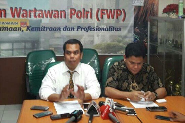 Koordinator Nasional Forum Keluarga Alumni Ikatan Mahasiswa Muhammadiyah (Kornas Fokal IMM) Azrul Tanjung dan M Ihsan, kuasa hukum dari tersangka makar Zainuddin Arsyad di Balai Wartawan Polda Metro Jaya, Selasa (4/4/2017).