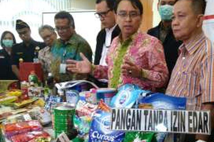 Kepala BPOM RI Roy Sparringa (kedua dari kanan foto) dan Kepala Pusat Penyidikan BPOM RI Hendri Siswadi (kanan) pada konfrensi pers hasil operasi BPOM, di kantor BPOM RI, Jakarta. Selasa (12/4/2016).