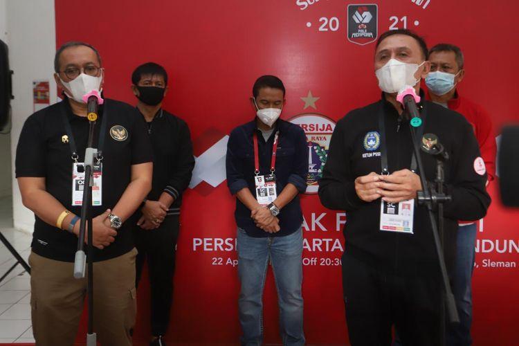 Ketua umum PSSI, Mochamad Iriawan (kanan) dan Direktur Utama PT Liga Indonesia Baru (LIB) sekaligus Ketua OC (kiri) Akhmad Hadian Lukita seusai meninjau pelaksanaan final leg pertama Piala Menpora 2021, Persija Jakarta melawan Persib Bandung di Stadion Maguwoharjo, Kamis (22/04/2021) sore.