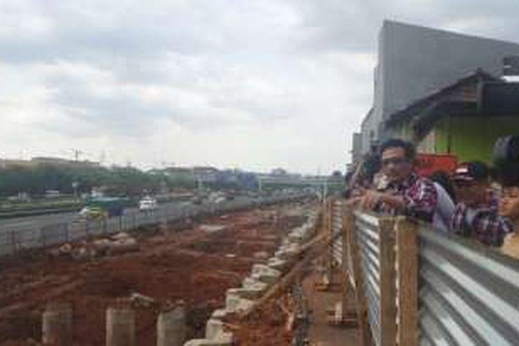 Cawagub DKI Jakarta Djarot Saiful Hidayat melihat proyek LRT ketika blusukan di Kelurahan Makassar, Kamis (8/12/2016).
