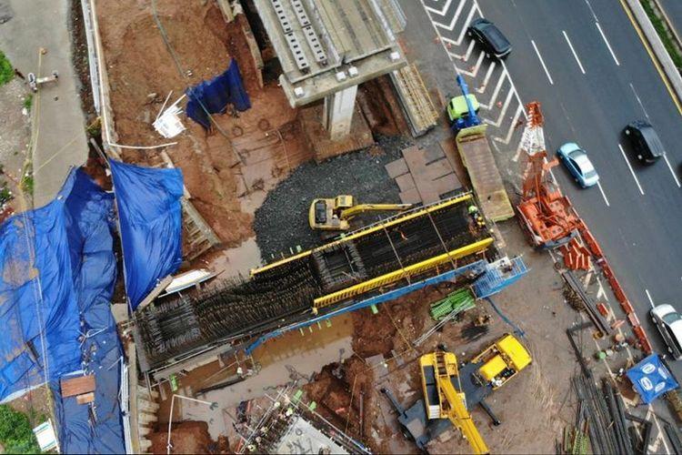 Proses pemulihan proyek Kereta Cepat Jakarta-Bandung terhadap kerusakan akses Jalan Tol jakarta-Cikampek KM+4 Cipinang Melayu.