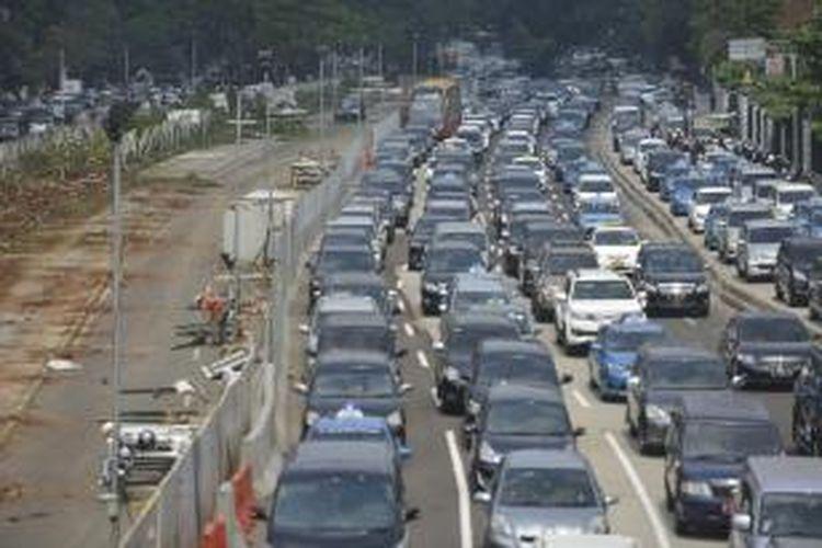 Jalan Jenderal Sudirman, Jakarta, tepatnya di sekitar proyek MRT, di depan Polda Metro Jaya, seolah berubah menjadi areal parkir kendaraan pribadi saat jam kerja, seperti yang terlihat pada Rabu (20/8/2014). Masyarakat menaruh harapan besar terhadap proyek pembangunan transportasi massal tersebut dalam mengurai kemacetan di Jakarta. KOMPAS/WAWAN H PRABOWO