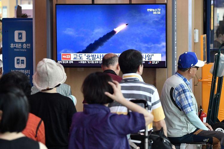 Warga menyaksikan rekaman peluncuran rudal oleh Korea Utara di stasiun kereta di Seoul, Korea Selatan, pada Sabtu (10/8/2019).
