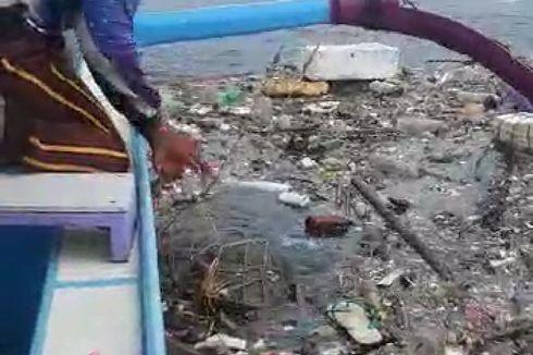 Warga Selamatkan Seekor Penyu yang Terjebak Jaring di Antara Tumpukan Sampah di Laut