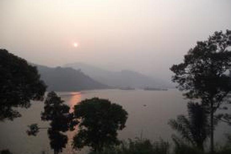 Pemandangan matahari terbit dari Danau Tes, Kabupaten Lebong, Bengkulu.