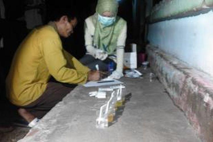 Salah seorang pengunjung menjalani tes urine