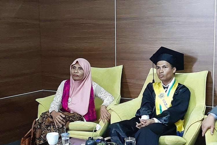 Ahmad Suyoko dan Ibu nya Nurlaila saat menemui wartawan usai menjalani prosesi wisuda program sarjana dan diploma periode II tahun 2019/2020