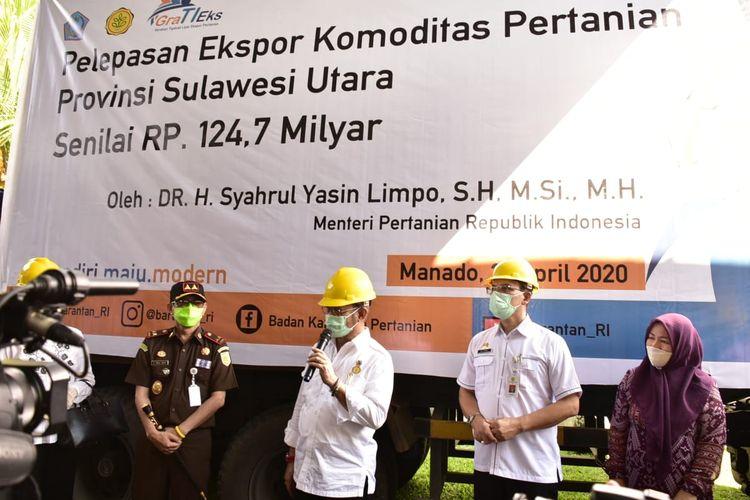 Menteri Pertanian Syahrul Yasin Limpo bersama Anggota DPR RI dan jajaran Eselon I Kementan saat melepas ekspor komoditas pertanian di Kota Manado, Selasa (21/4/2020).