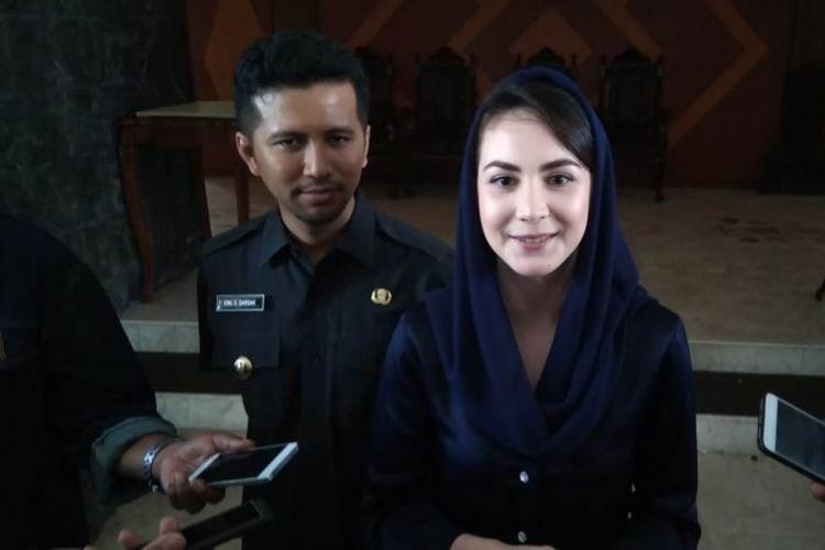 Arumi Bachsin bersama Emil Elestianto Dardak memberikan keterangan kepada sejumlah wartawan beberapa waktu lalu, di lingkungan pendopo kabupaten Trenggalek Jawa Timur Senin (11/02/2019)
