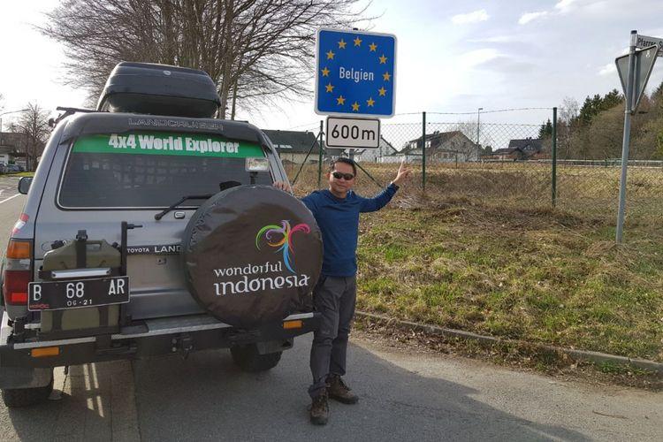 Sunny Ruslie berpose di salah satu daerah di Eropa yang dilintasi dalam perjalanan ekspedisi keliling dunia tim Happy Go Lucky.