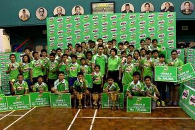 Para juara MILO SChool Competition SUrabaya bersama Duta MILO, Taufik Hidayat, Sabtu (22/03/2014)