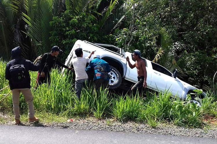 Sebuah mobil pikap dobel kabin di Kabupaten Nunukan masuk ke parit karena menghindari jemuran udang di bahu jalan. Warga Desa Balansiku yang berprofesi sebagai nelayan menjemur hasil melaut mereka di bahu jalan sehingga jalan menyempit.