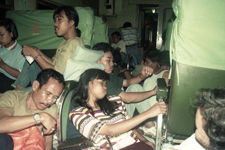 Stasiun KA Pasar Senen, menjadi stasiun paling sibuk untuk memberangkatkan KA ke arah timur. Sejak Kamis (10 Maret 1994), sekitar 4.000 dari 5.000 calon penumpang sudah diberangkatkan. Suasana di dalam kereta ekonomi pun panas dan penuh sesak. Mereka yang tidak kebagian tempat duduk, terpaksa duduk di bawah beralaskan koran dan bersandar pada tas atau barang bawaan yang mereka bawa.
