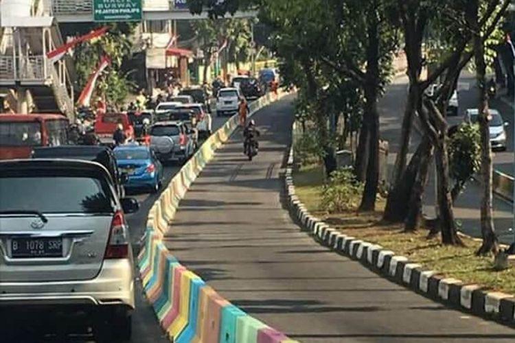 Separator jalan dibuat warna-warni untuk menyambut Asian Games 2018