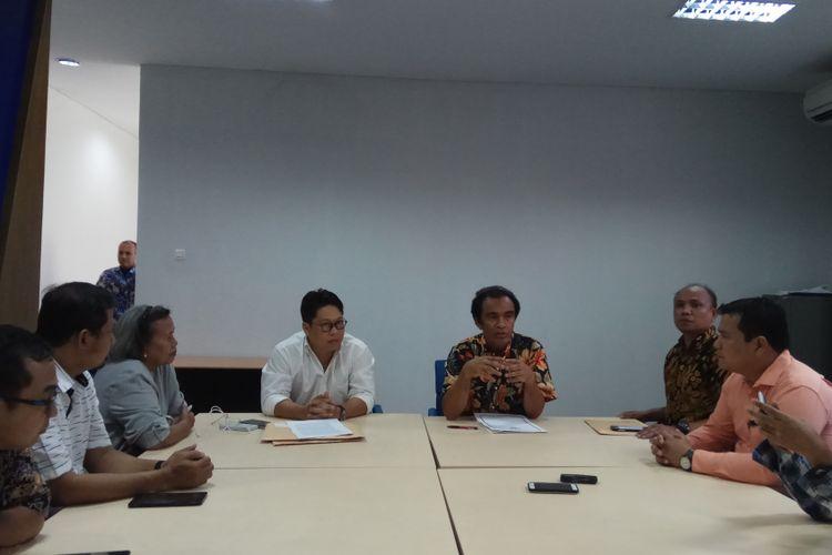 Komisioner Ombudsman Republik Indonesia (ORI) Laode Ida (tengah kanan)bersama dengan perwakilan Aliansi Dosen UNJ, Robertus Robert (tengah kiri) di kantornya, Senin (4/9/2017).
