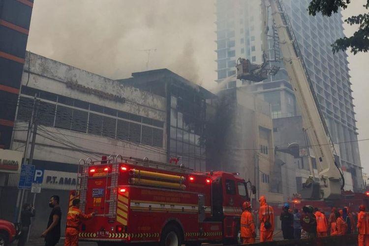 Sebuah ruko empat lantai di Glodok, Taman Sari, Jakarta Barat terbakar pada Selasa (14/9/2021).