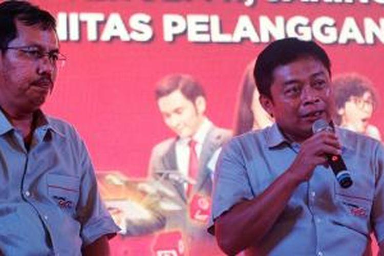 Direktur Sales Telkomsel Mas'ud Khamid (kiri) bersama Direktur Utama Telkomsel Ririek Andriansyah