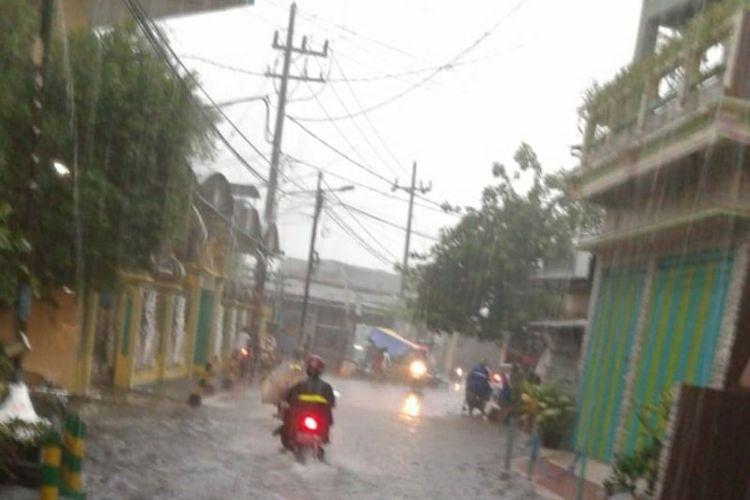 Kawasan Kendangsari, Kota Surabaya, Jawa Timur, terendam banjir setelah diguyur hujan deras pada Rabu (15/1/2020) sore.  (ANTARA/HO)