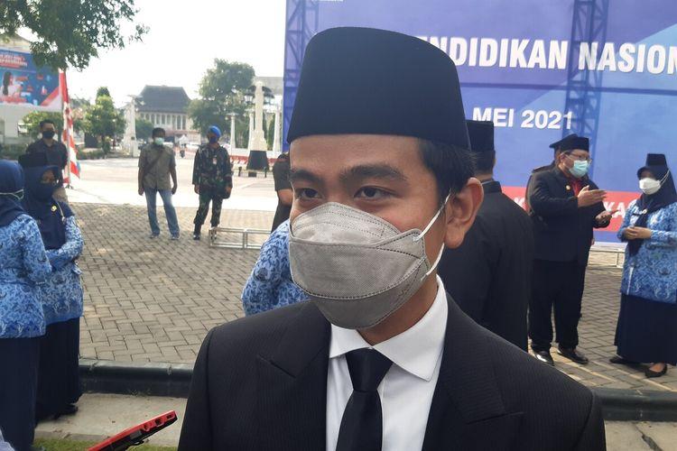 Wali Kota Solo Gibran Rakabuming Raka ditemui seusai memimpin upacara upacara peringatan Hari Pendidikan Nasional 2021 di Balai Kota Solo, Jawa Tengah, Minggu (2/5/2021).