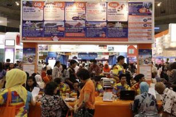 Pengunjung memadati sejumlah stan di Kompas Travel Fair 2014 di Jakarta Convention Center, Jumat (26/9/2014). Dengan mengusung tema 'Start Your Unstoppable Journey', pameran wisata yang berlangsung hingga 28 September ini juga dimeriahkan beragam acara menarik.