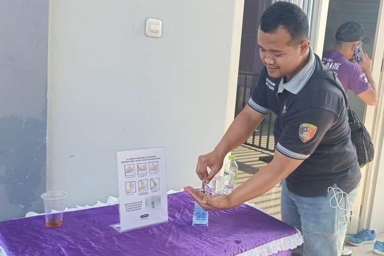 Seorang penonton memakai hand sanitizer jelang laga Shopee Liga 1 2020, Persita Tangerang vs PSM Makassar, di Stadion Kelapa Dua Sport Center, Tangerang, Jumat (6/3/2020). Hal ini dilakukan demi kewaspadaan di tengah wabah virus corona.