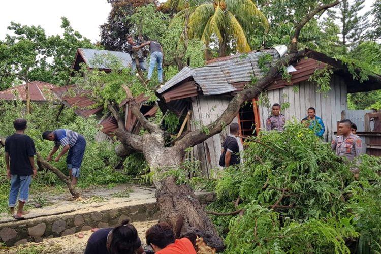 Rumah warga rusak tertimpa pohon akibat hujan dan angin kencang, Minggu (10/3/2019).