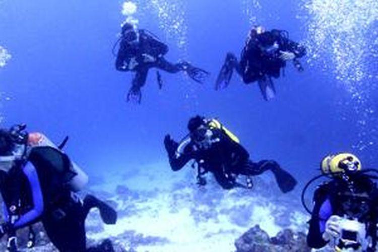 Divers saat melakukan Scuba Diving