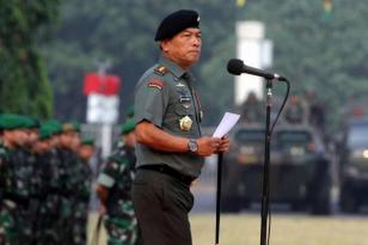 Panglima TNI, Jenderal Moeldoko, memimpin apel siaga menjelang pelantikan presiden dan wakil presiden terpilih, di Parkir Timur Senayan, Jakarta Pusat, Kamis (16/10/2014). Apel gabungan ini melibatkan 2.400 personel dari tiga angkatan di TNI dan Polri untuk pengamanan acara pelantikan 20 Oktober mendatang.