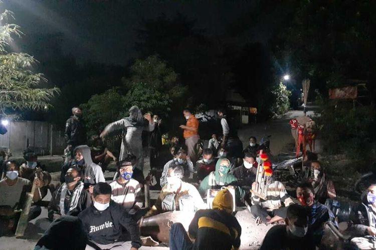 USIR WABAH-Sejumlah warga di Desa Cermo, Kecamatan Kare, Kabupaten Madiun, Jawa Timur menggelar tradisi dongkrek untuk mengusir wabah covid-19 dari bumi Indonesia, Sabtu (24/7/2021) malam.