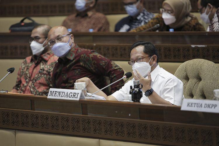 Menteri Dalam Negeri (Mendagri) Tito Karnavian (kanan) bersama Ketua KPU Ilham Saputra (tengah) dan Anggota KPU Hasyim Asy'ari (kiri) mengikuti rapat kerja dengan Komisi II DPR di Kompleks Parlemen, Senayan, Jakarta, Kamis (16/9/2021). Rapat tersebut membahas persiapan dan kesiapan pelaksanaan Pemilu serentak tahun 2024. ANTARA FOTO/Dhemas Reviyanto/foc.