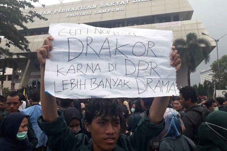 Spanduk bernada sarkastik tampil dalam aksi demonstrasi mahasiswa di Gedung DPRD Provinsi Lampung, Selasa (24/9/2019). Aksi mahasiswa menghasilkan 14 kesepakatan dengan DPRD setempat.