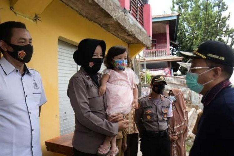 Gubernur Nusa Tenggara Barat (NTB), H Zulkieflimansyah saat memberikan penghargaan kepada polisi wanita (Polwan) Aipda Ismi Andri Nurwati dan keluarganya di Dompu, Selasa (6/10/2020).