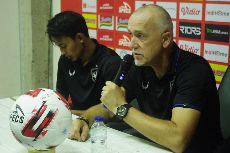 Pelatih PSIS Semarang, Dragan Djukanovic, memberikan jawaban dari pertanyaan awak media usai laga kontra Arema FC, Sabtu (14/3/2020) di Stadion Moch. Soebroto.
