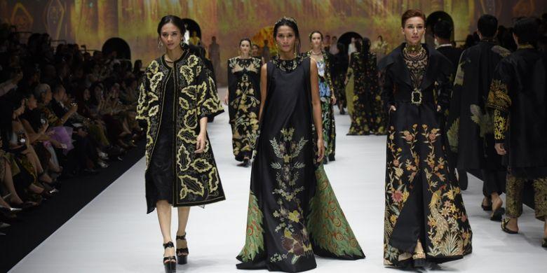 Koleksi gaun malam bermotif Batik Kudus rancangan Denny Wirawan.