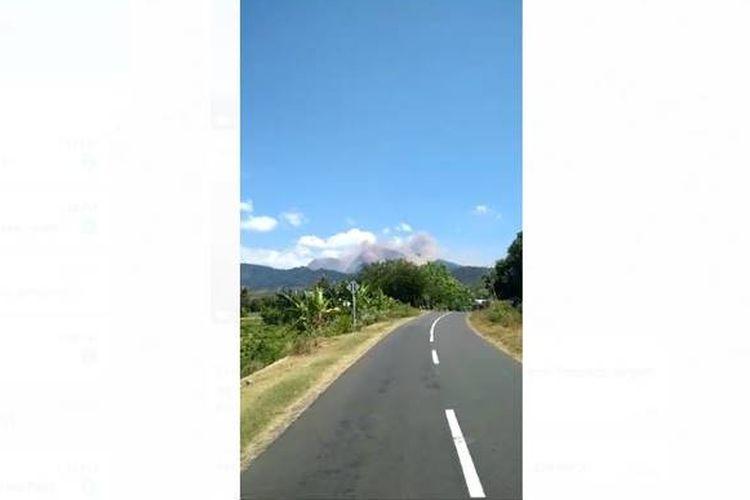 Video yang berisi kepanikan warga melihat kepulan asap di sekitar Gunung Rinjani beredar luas. Pasca-gempa bermagnitudo 6,5 di Lombok Timur, NTB, longsor terjadi di sekitar kaki gunung yang terletak di Kecamatan Sembalun, Kabupaten Lombok Timur, Nusa Tenggara Barat, ini.