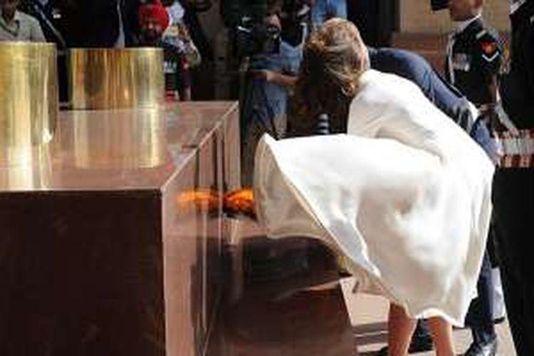 Momen rok gaun warna gading yang dikenakan oleh Kate Middleton tersibak di acara kunjungan kenegaraan di India.