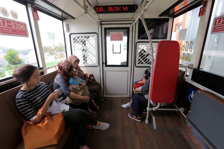 Suasana di dalam bus transjakarta vintage series koridor 13 Cileduk - Tendean, Jakarta Selatan, Senin (14/8/2017). Layanan transjakarta koridor 13 mulai beroperasi hari ini, meskipun beberapa halte di koridor tersebut masih belum bisa difungsikan.