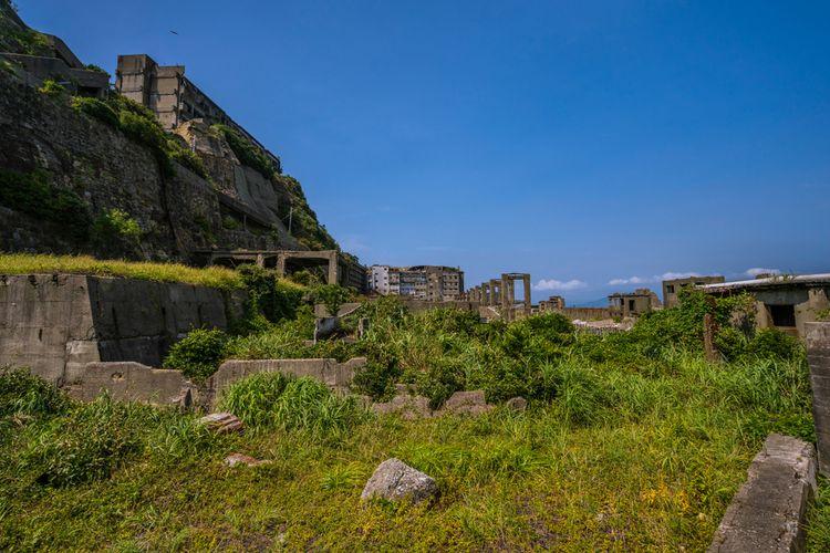Pulau Gunkanjima di Jepang yang terbengkalai puluhan tahun menarik perhatian wisatawan.